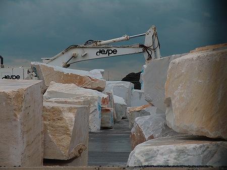 Carrara-Marmor im Hafen